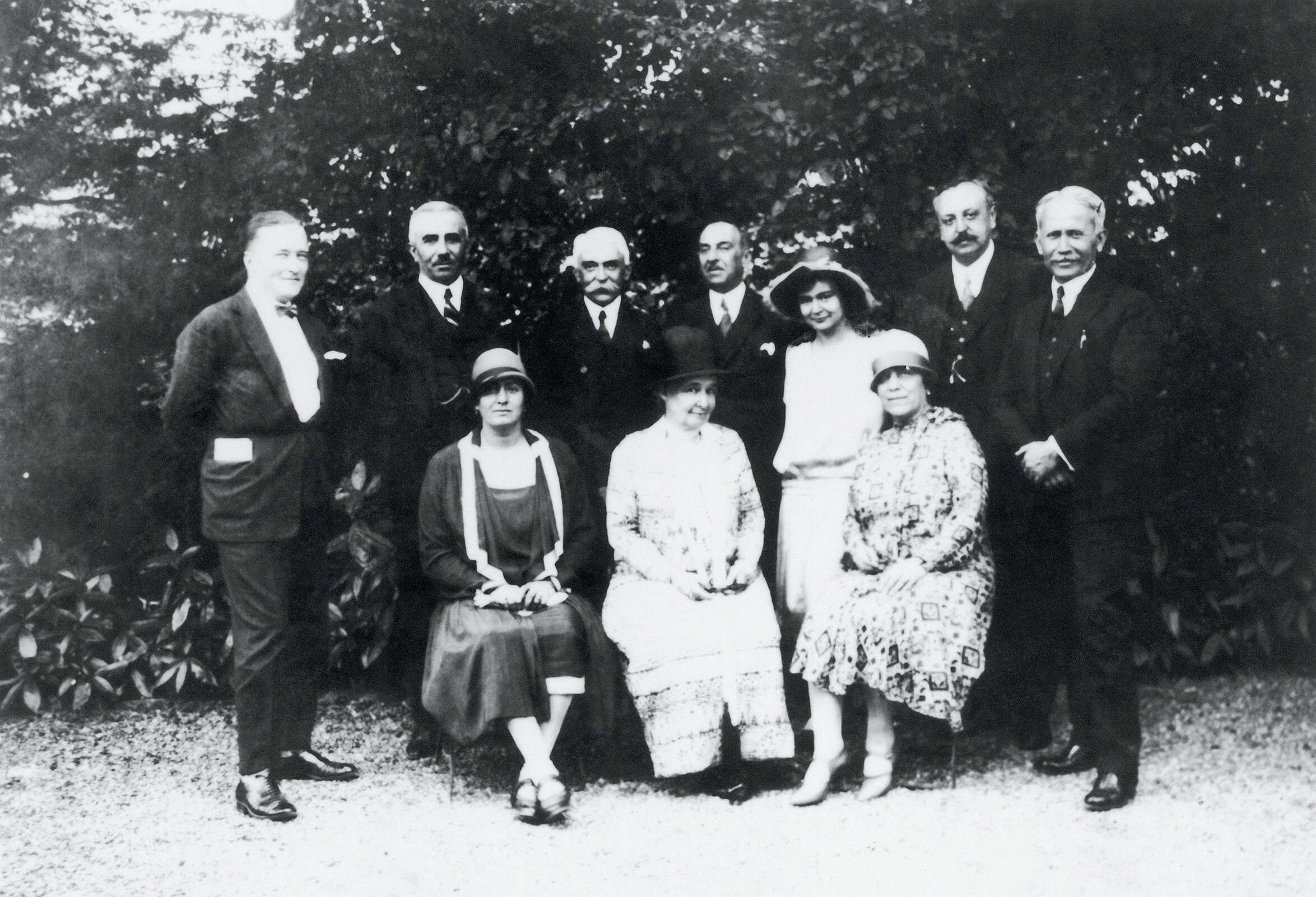 24th IOC Session and 8th Congress, Prague, 1925 - Group photograph with Baron Pierre de COUBERTIN, IOC President (center) and his wife Marie ROTHAN, Baronness de COUBERTIN in front of him.