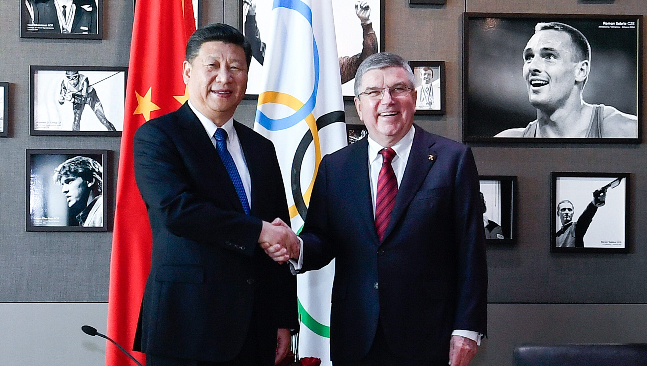 Chinese President Xi and IOC President Bach visit the Olympic Museum.